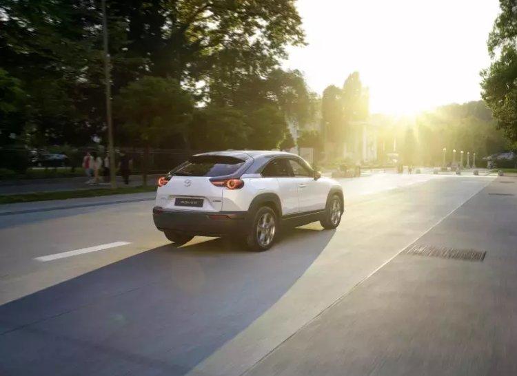 Mazda MX-30 2021 đang chạy