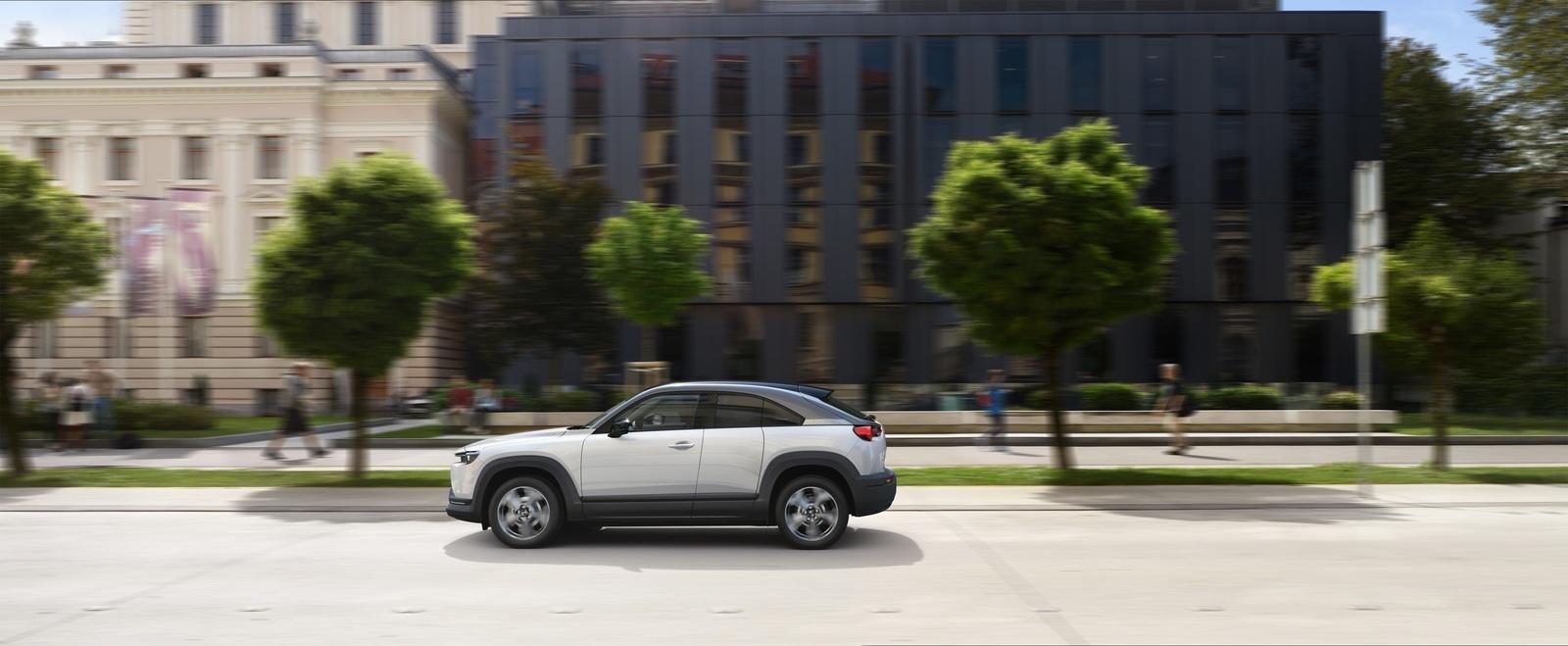 xe Mazda MX-30 2021 đang di chuyển