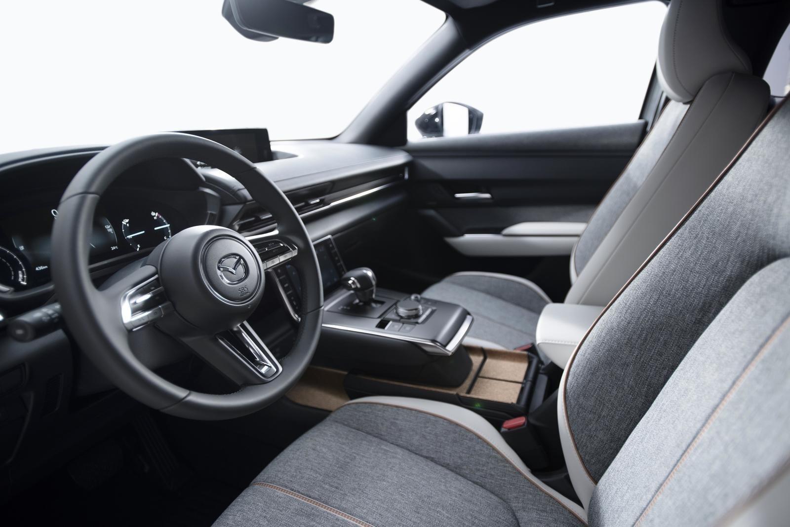 Đánh giá xe Mazda MX-30 2021 về bảng táp-lô.