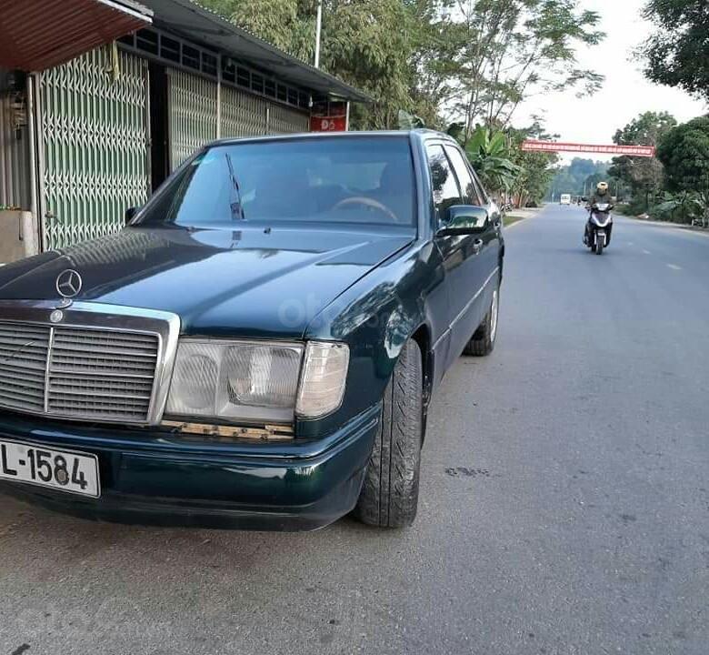Cần bán xe Mercedes E240 năm 1984, màu xanh lam, xe nhập, giá chỉ 35 triệu (5)