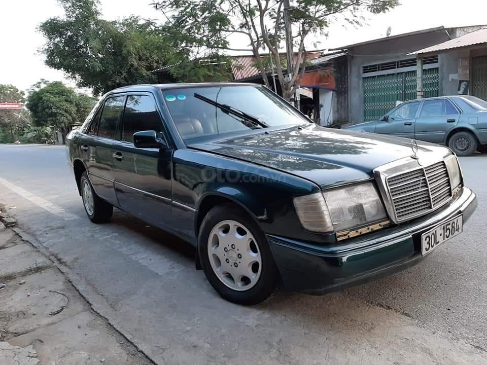 Cần bán xe Mercedes E240 năm 1984, màu xanh lam, xe nhập, giá chỉ 35 triệu (6)