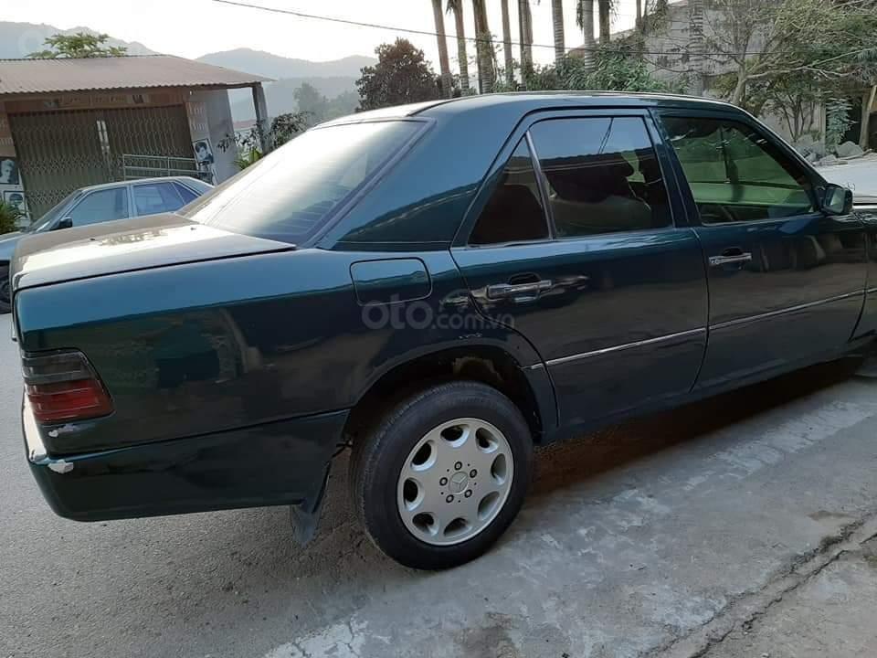 Cần bán xe Mercedes E240 năm 1984, màu xanh lam, xe nhập, giá chỉ 35 triệu (7)