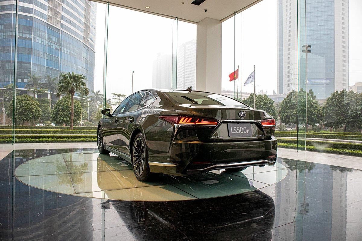 Đuôi xe Lexus LS500h 2020