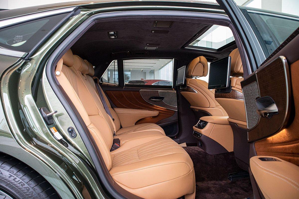Ảnh chụp ghế sau xe Lexus LS500h 2020