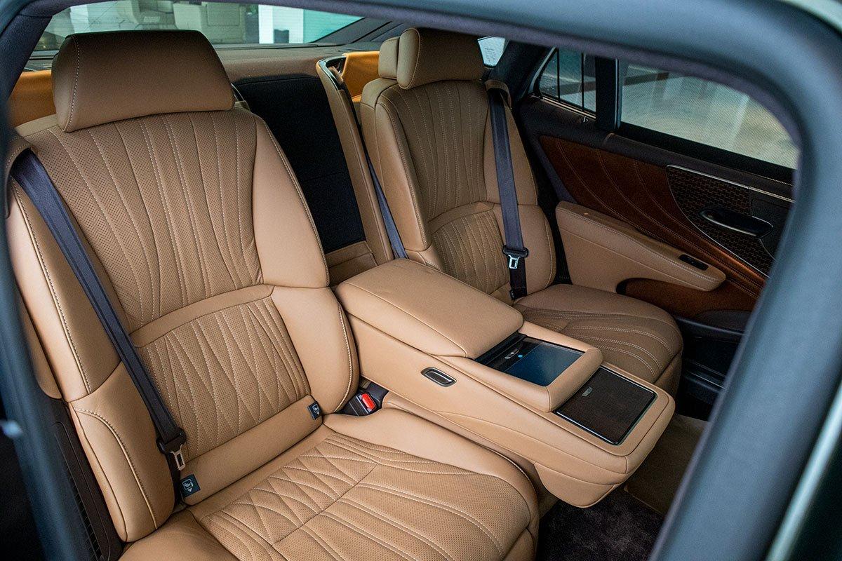 Ảnh chụp ghế sau ngả tỳ tay xe Lexus LS500h 2020