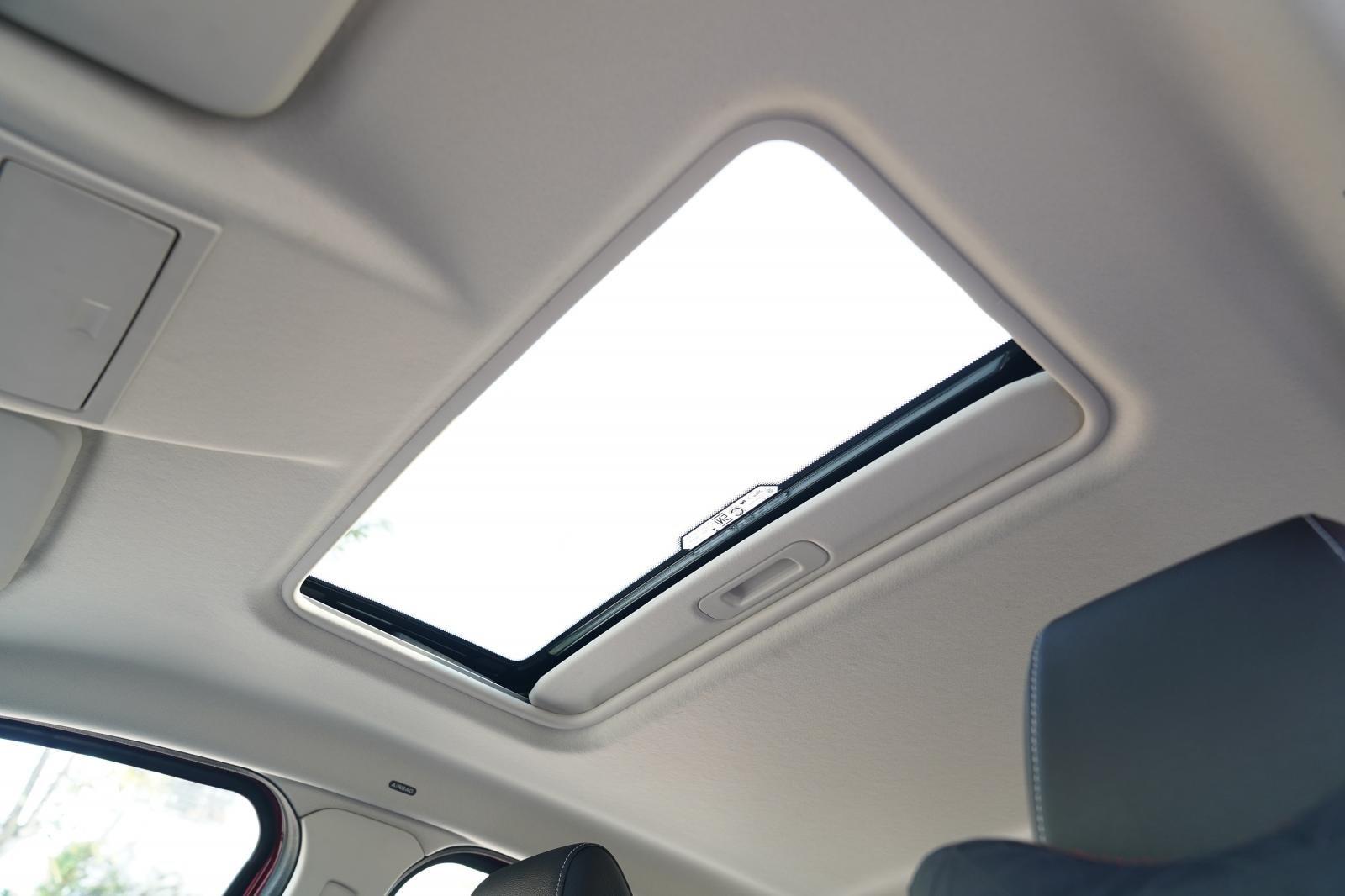 Trang bị tiện nghi trên xe Ford EcoSport 2020: Cửa sổ trời toàn cảnh 1