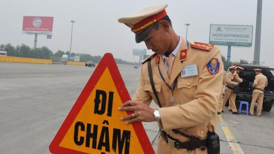 Cục CSGT lập chốt đo nồng độ cồn tất cả tài xế đi vào cao tốc 1a
