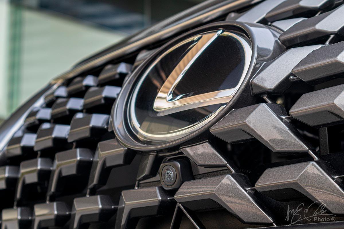Đánh giá xe Lexus GX 460 2020: Camera phía đầu xe.