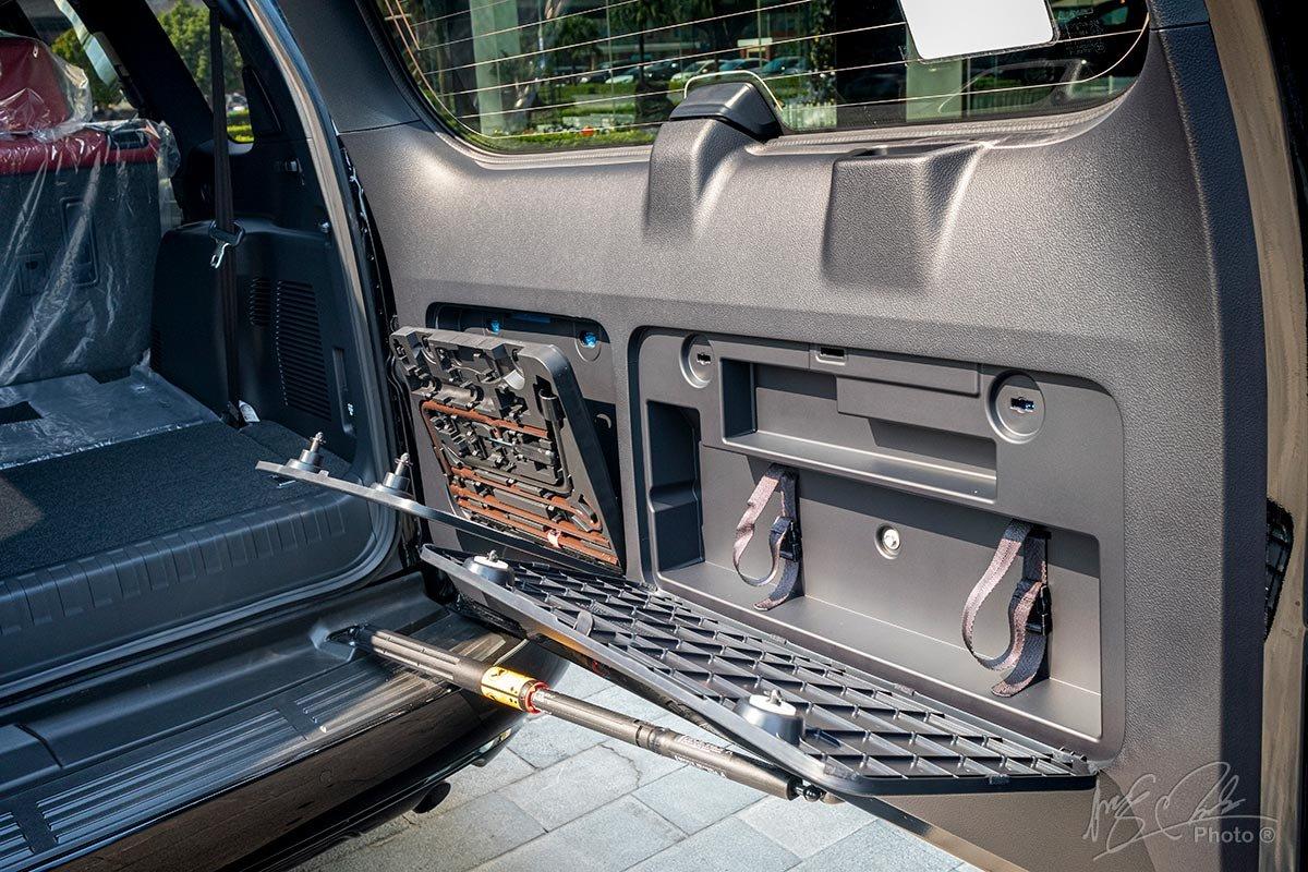 Đánh giá xe Lexus GX 460 2020: Khoang hành lý hạn chế nên các đồ cứu hộ được đặt ở bên trong cánh cửa sau.