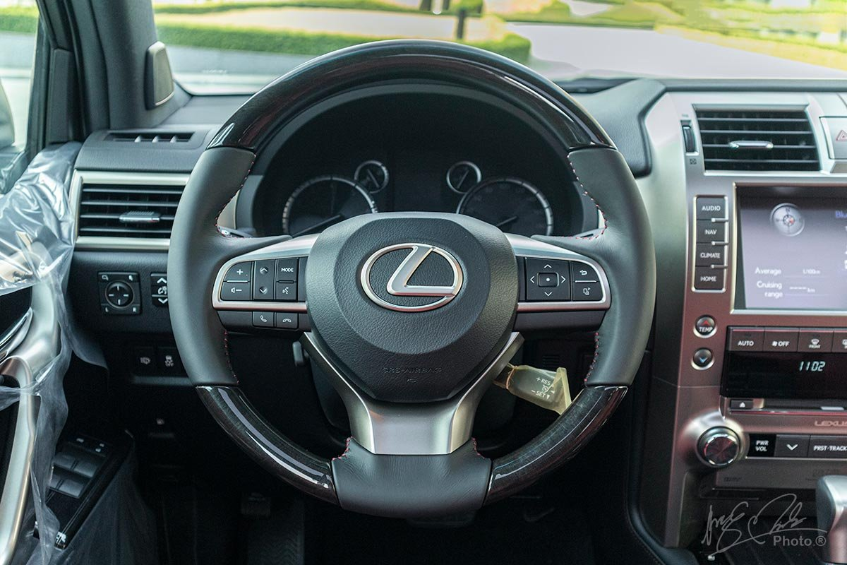 Đánh giá xe Lexus GX 460 2020: Vô-lăng 3 chấu mới tương tự như các mẫu xe được Lexus giới thiệu gần đây.