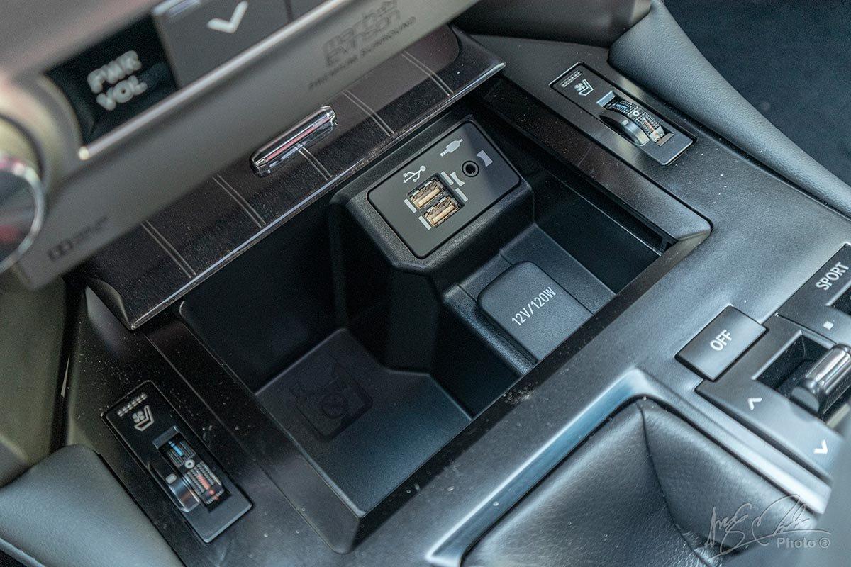 Đánh giá xe Lexus GX 460 2020: Cổng kết nối USB/AUX cho hàng ghế trước.