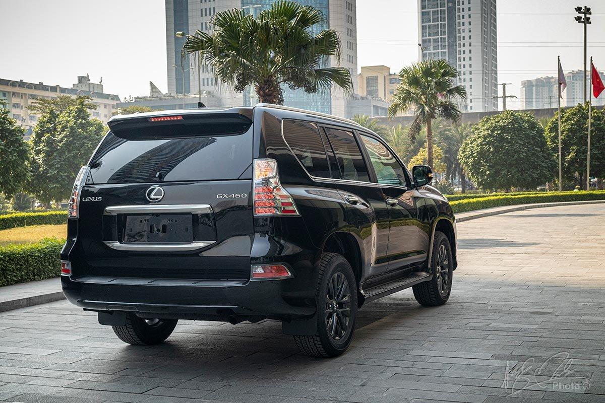 Đánh giá xe Lexus GX 460 2020: Đuôi xe không có sự thay đổi nào ngoài việc làm mới logo Lexus.