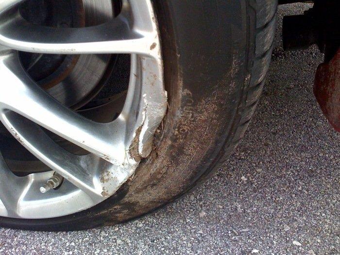 La-zăng hư hỏng do va chạm đá sỏi hoặc vật cứng trên đường.