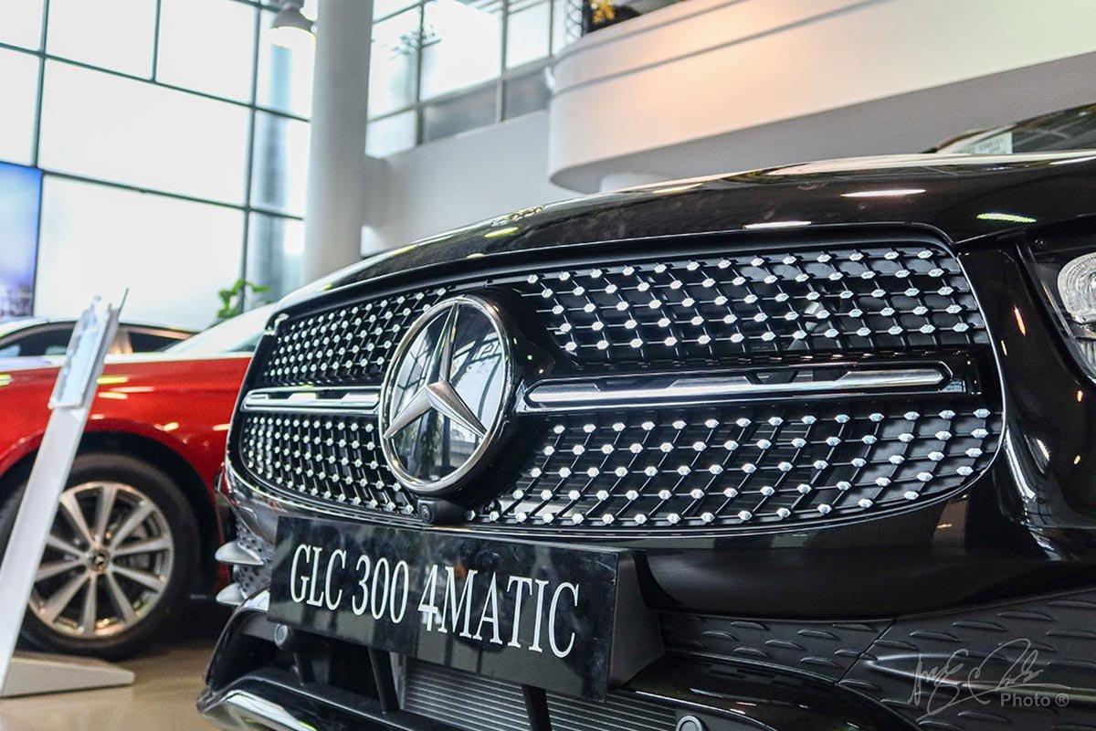 Lưới tản nhiệt trên phiên bản GLC 300 AMG 2020 có dạng hình thang với hoạ tiết kim cương, 1 nan và logo to bản ở trung tâm.