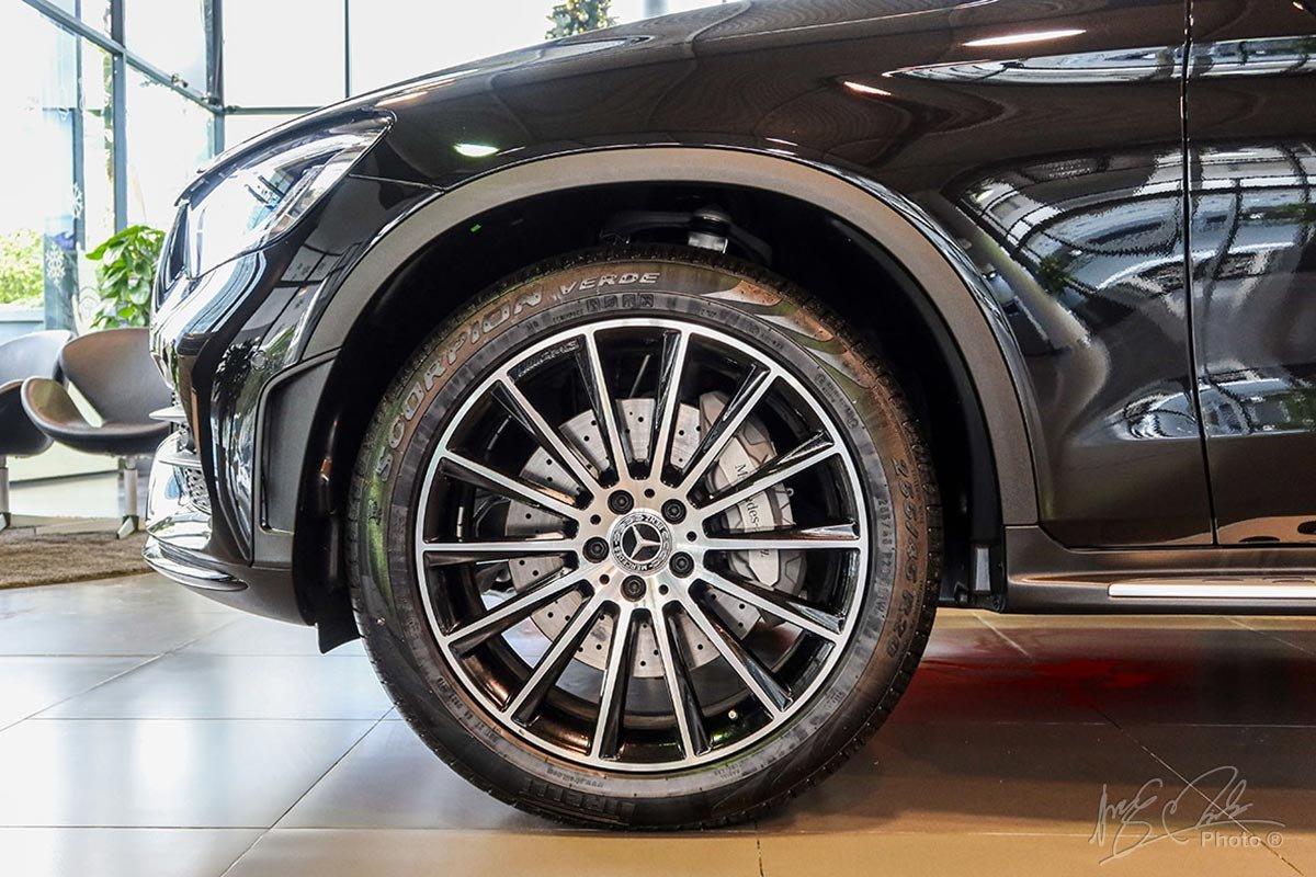 La-zăng AMG trên phiên bản GLC 300 4MATIC 2020 được nâng cấp từ 19 inch lên 20 inch.