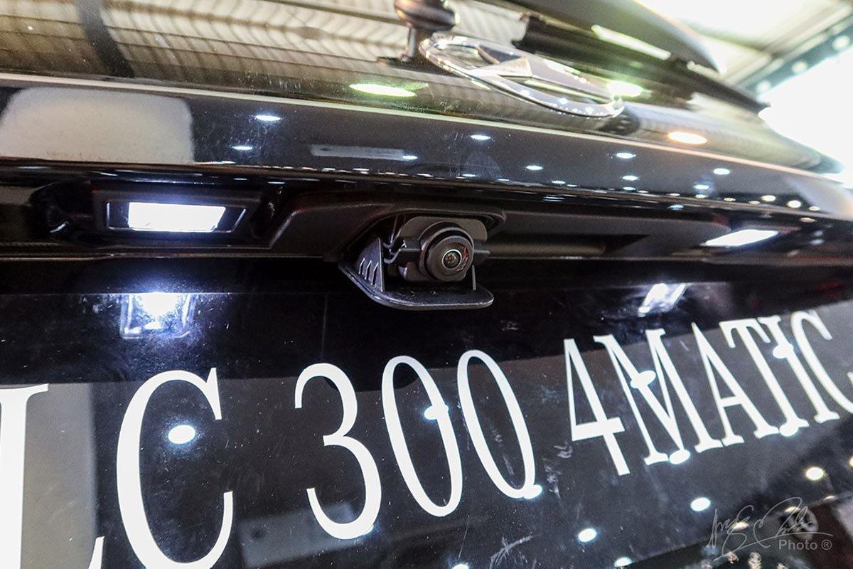 Camera lùi trên Mercedes-Benz GLC 2020 chỉ xuất hiện khi chuyển sang chế độ lùi.