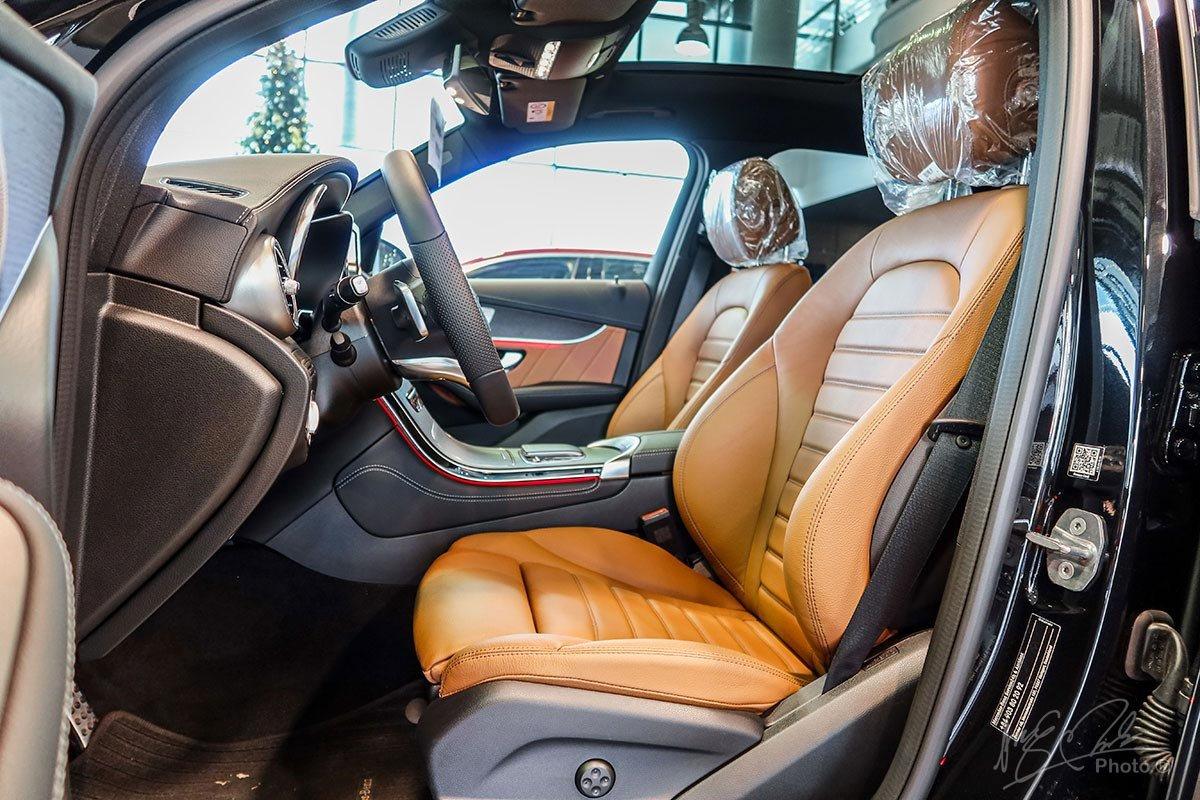 Ghế ngồi trên Mercedes-Benz GLC 2020 vẫn giữ nguyên thiết kế cũ nhưng được bổ sung thêm màu sắc Đỏ/Đen mới .