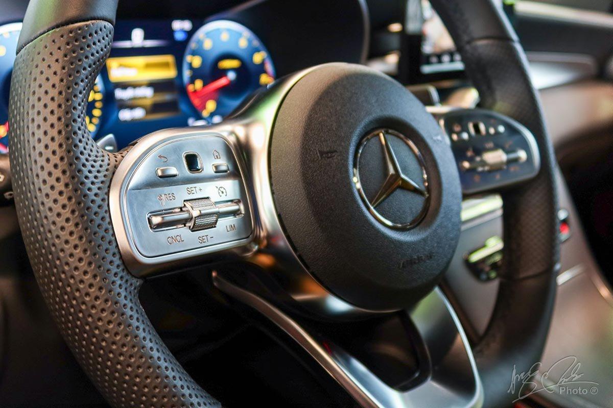 Tính năng kiểm soát ga tự động và giới hạn tốc độ đặt trên vô-lăng của Mercedes-Benz GLC 2020.