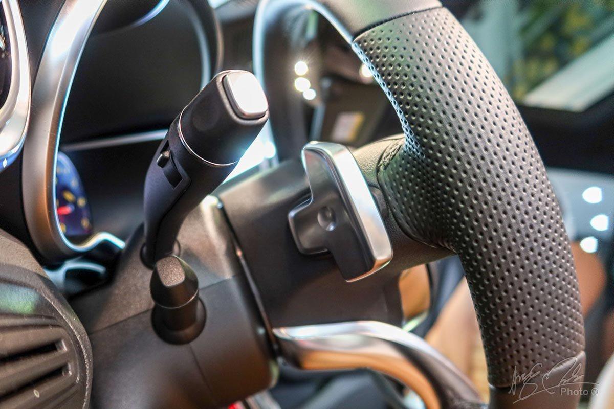 Lẫy chuyển số thể thao sau vô-lăng trên Mercedes-Benz GLC 2020.
