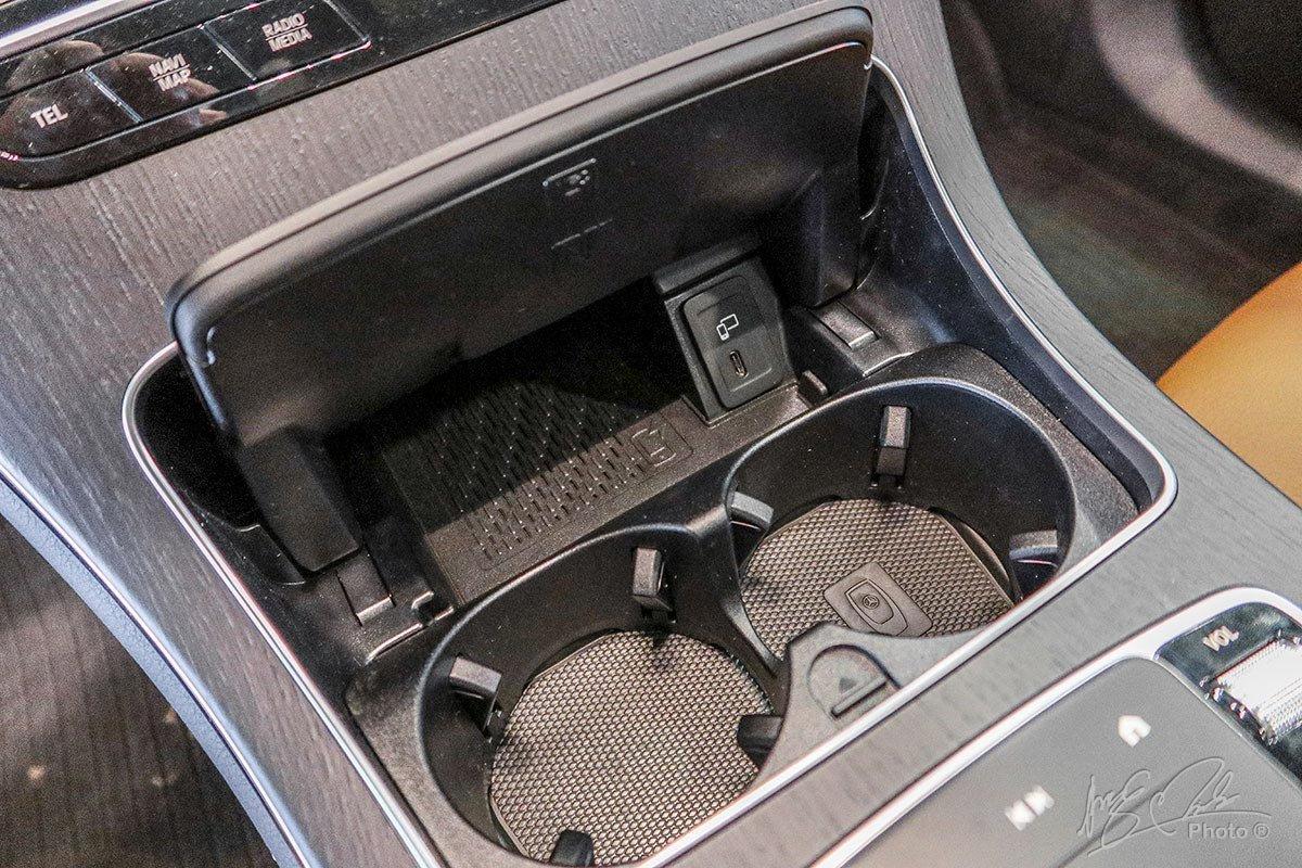 Sạc điện thoại không dây chuẩn Qi trên Mercedes-Benz GLC 2020.