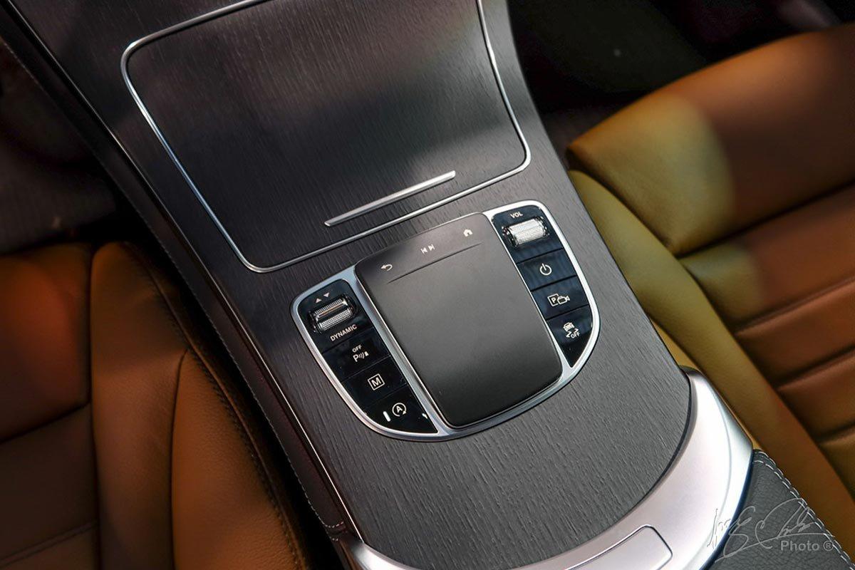 Bàn Touchepad điều khiển cảm ứng có thiết kế mới trên Mercedes-Benz GLC 2020.