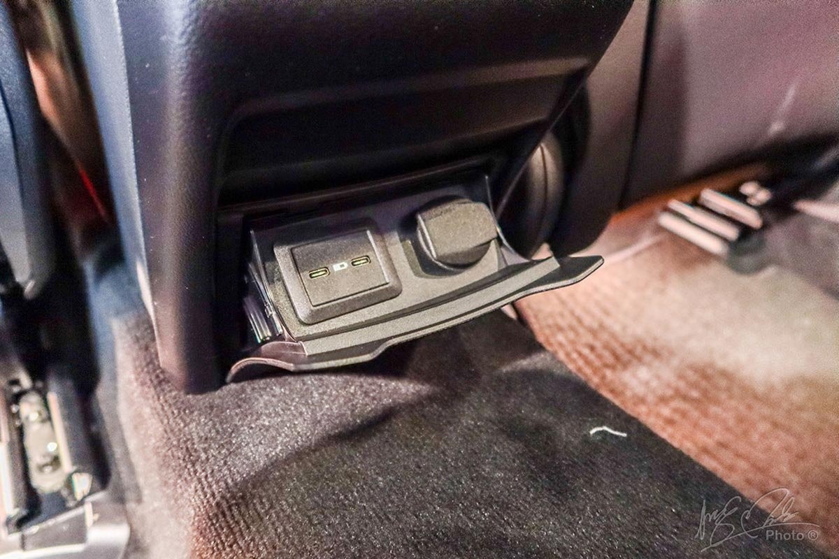 Cổng sạc USB chuẩn Type-C cho hàng ghế sau trên Mercedes-Benz GLC 2020.