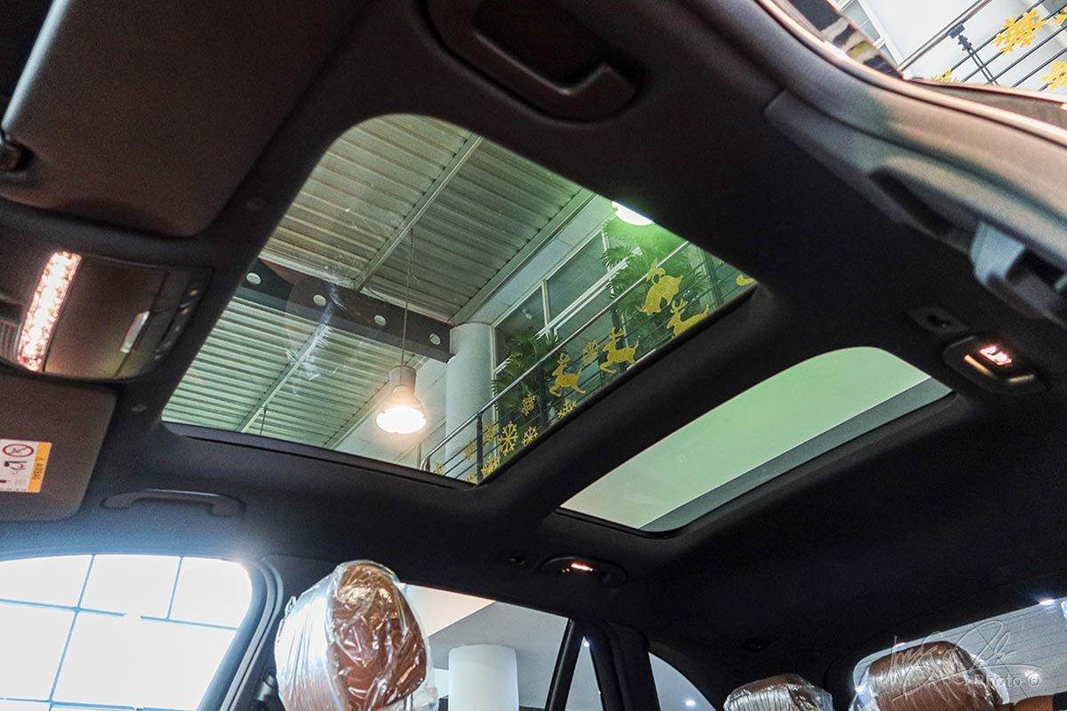 Cửa sổ trời toàn cảnh trên Mercedes-Benz GLC 2020.