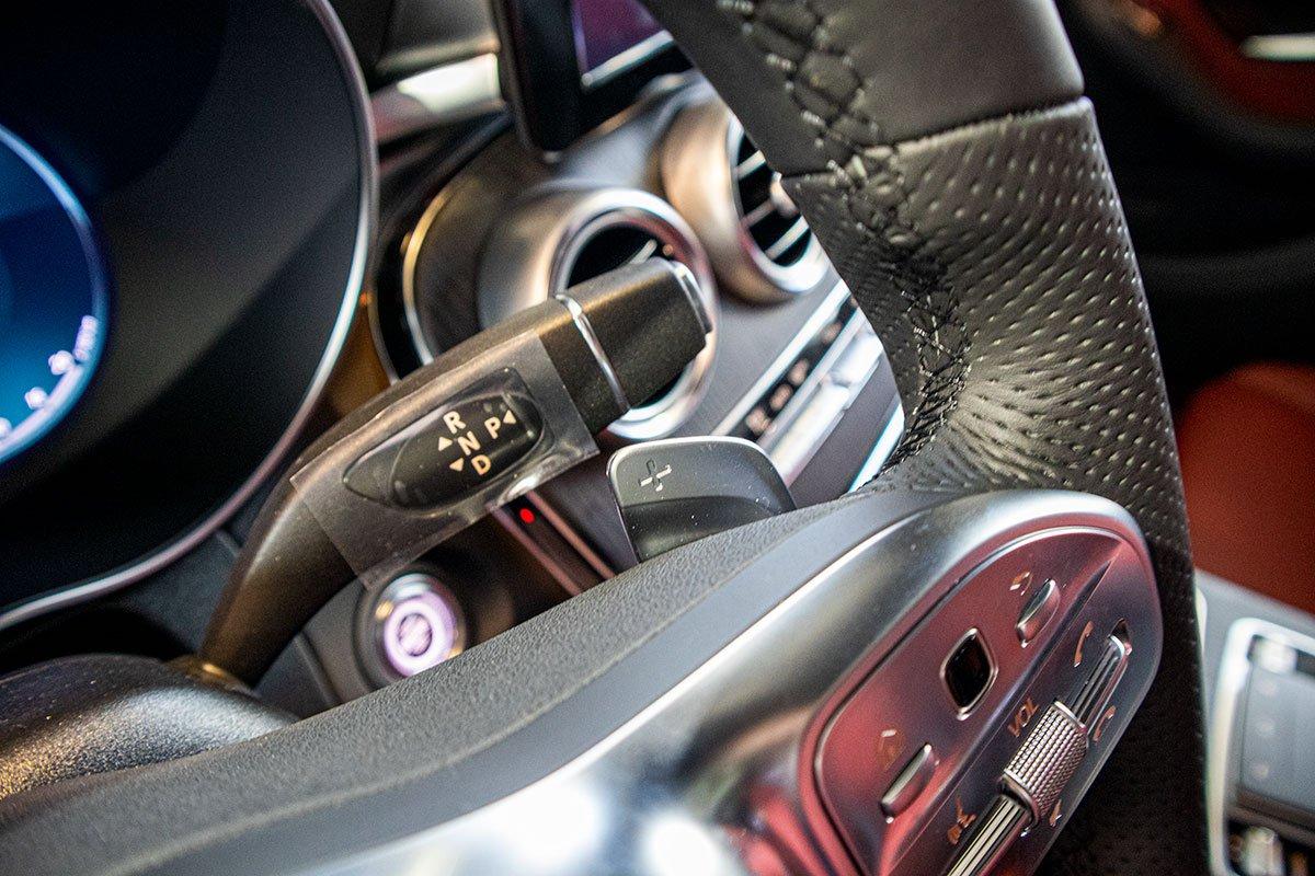 Hộp số tự động 9 cấp 9G-Tronic dạng cần gạt được tích hợp sau tay lái của Mercedes-Benz GLC 2020.