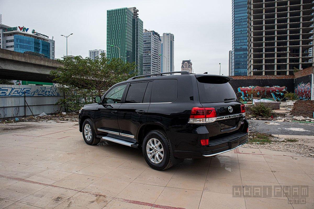 Ảnh chụp đuôi xe Toyota Land Cruiser 2020