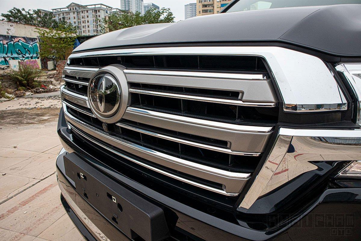 Ảnh chụp lưới tản nhiệt xe Toyota Land Cruiser 2020