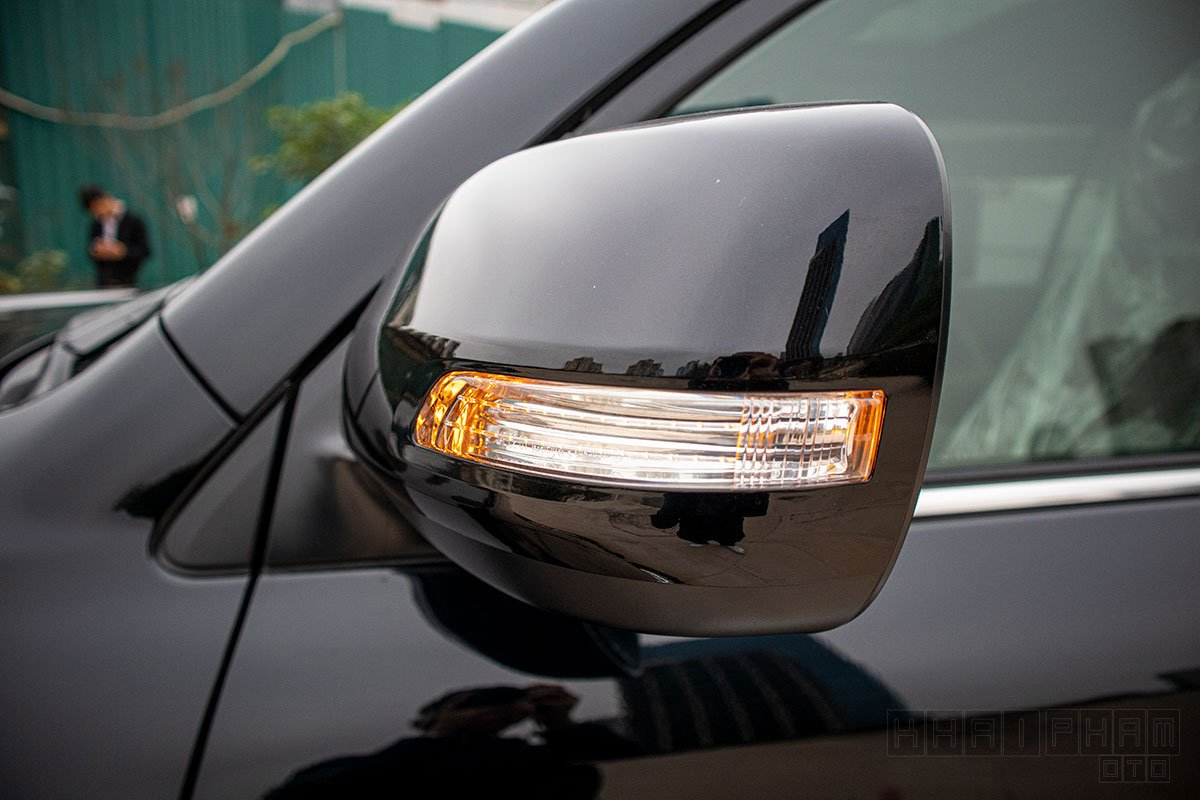 Ảnh chụp gương chiếu hậu xe Toyota Land Cruiser 2020