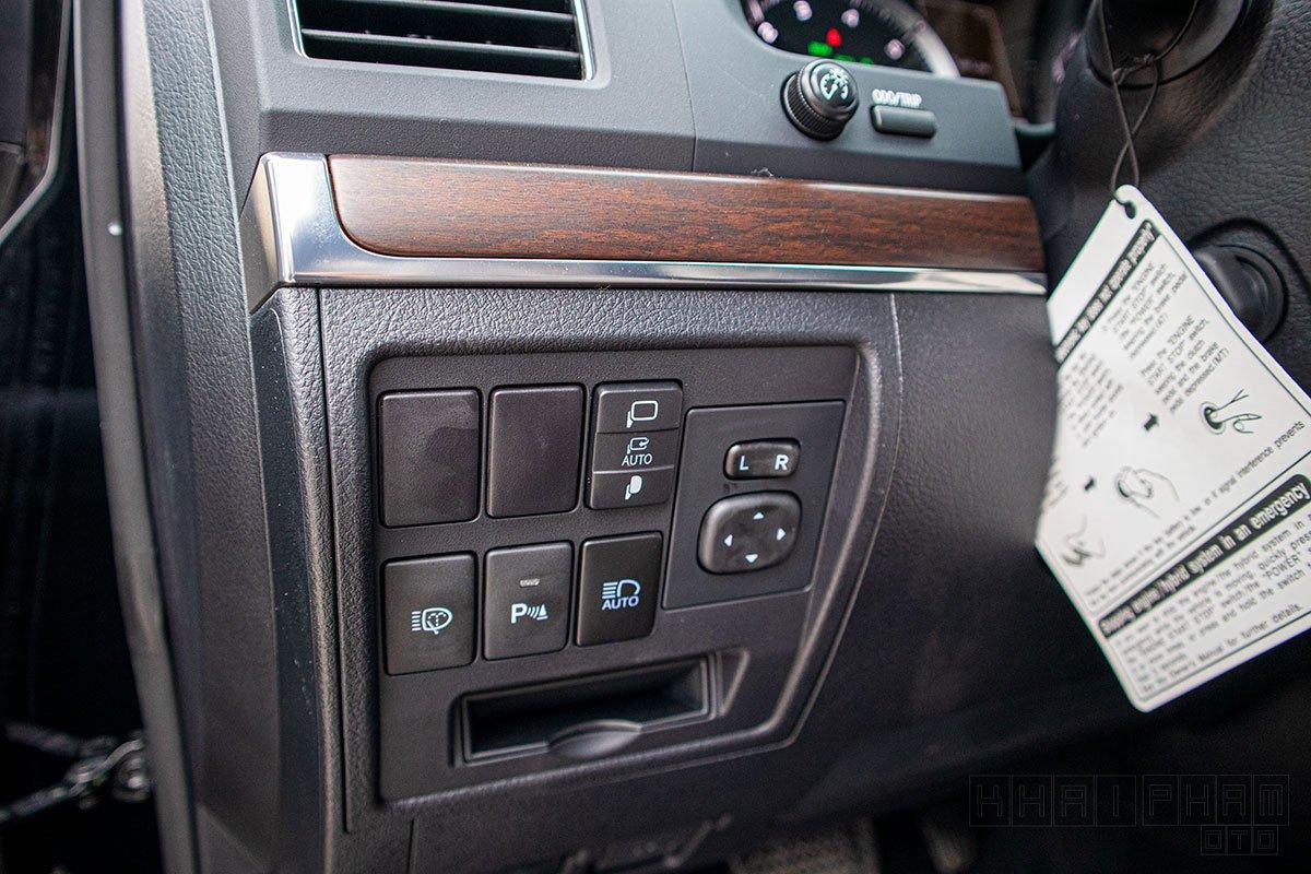 Ảnh chụp bảng điều khiển đèn xe Toyota Land Cruiser 2020