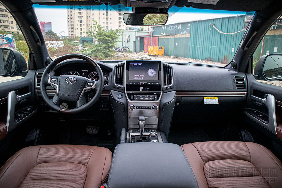 Ảnh chụp táp-lô xe Toyota Land Cruiser 2020