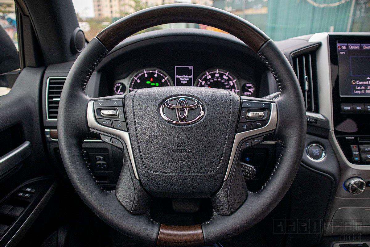 Ảnh chụp vô-lăng xe Toyota Land Cruiser 2020