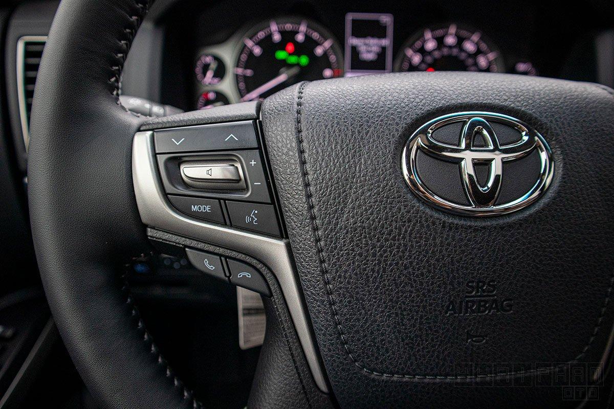 Ảnh chụp nút bấm vô-lăng xe Toyota Land Cruiser 2020