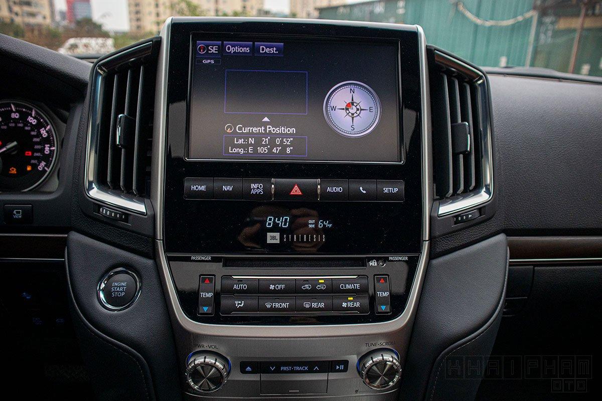 Ảnh chụp màn hình giải trí xe Toyota Land Cruiser 2020