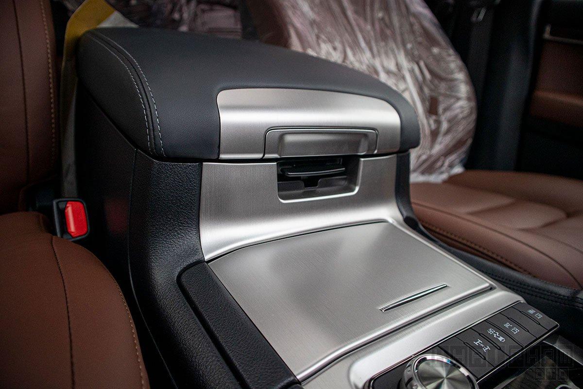 Ảnh chụp bệ tỳ tay xe Toyota Land Cruiser 2020