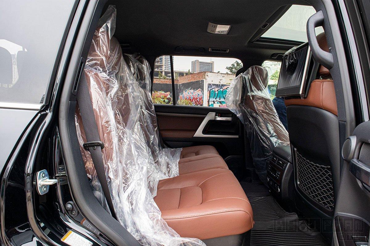 Ảnh chụp ghế sau xe Toyota Land Cruiser 2020