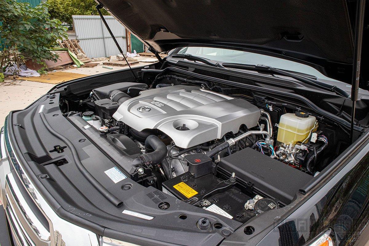 Ảnh chụp động cơ xe Toyota Land Cruiser 2020