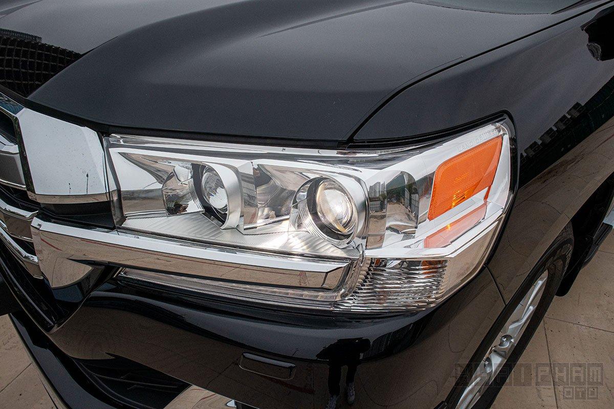 Ảnh chụp đèn pha xe Toyota Land Cruiser 2020