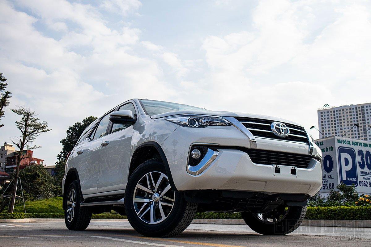 Ảnh chụp xe Toyota Fortuner 2020 đang chạy