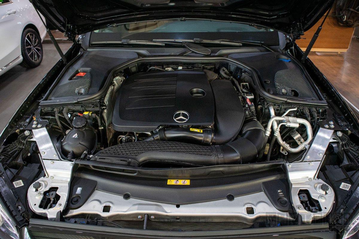 Ảnh chụp động cơ xe Mercedes-Benz E300 AMG 2020