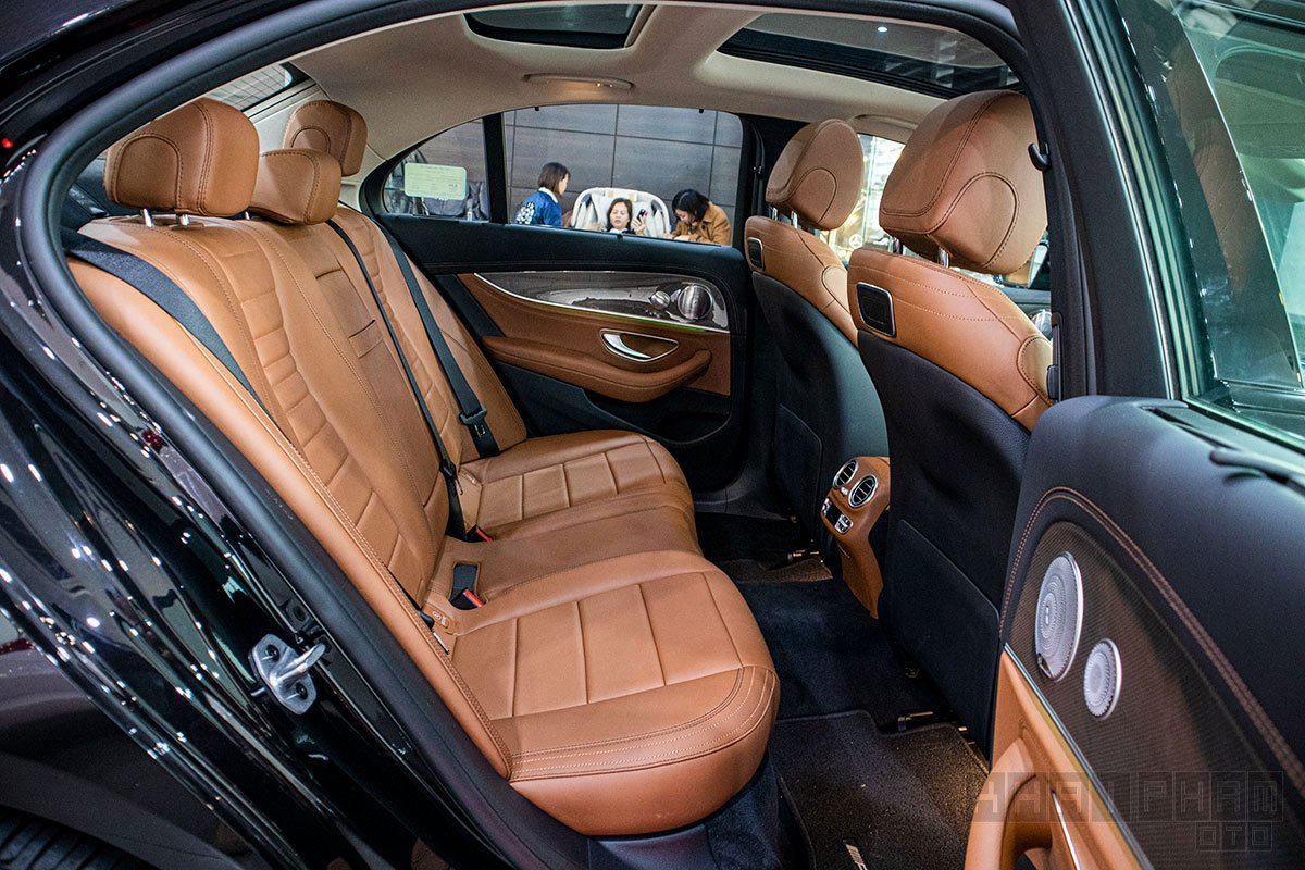 Hình ảnh ghế sau xe Mercedes-Benz E300 AMG 2020