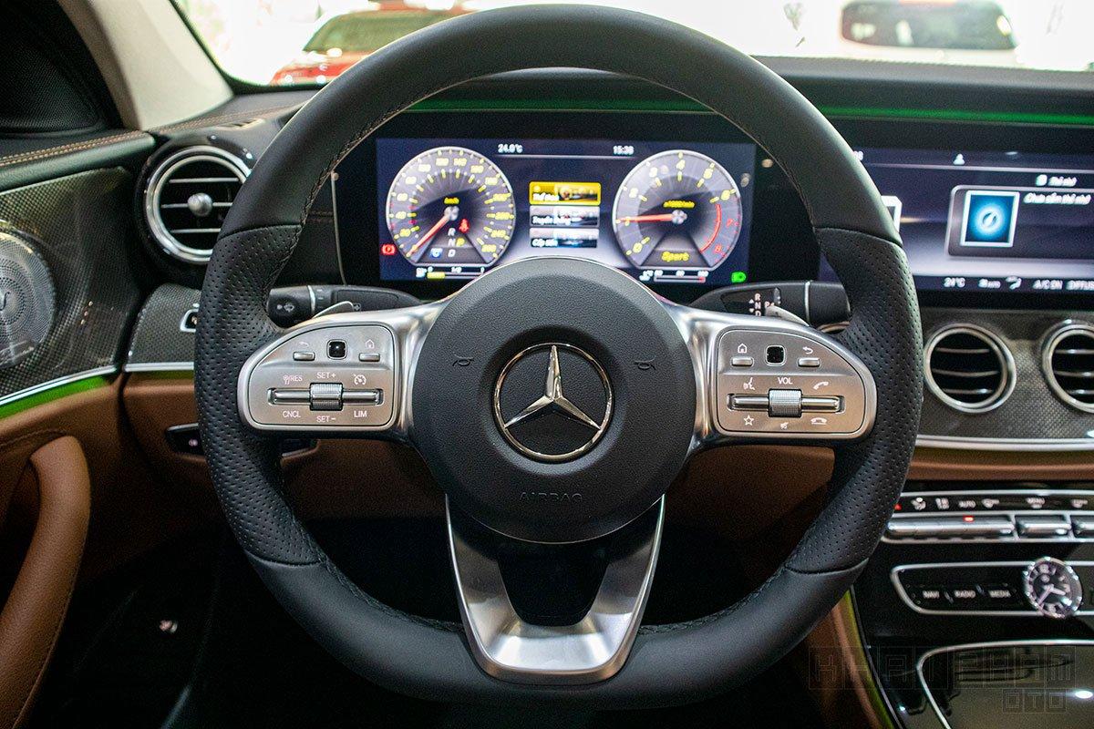 Vô- lăng xe Mercedes-Benz E300 AMG 2020
