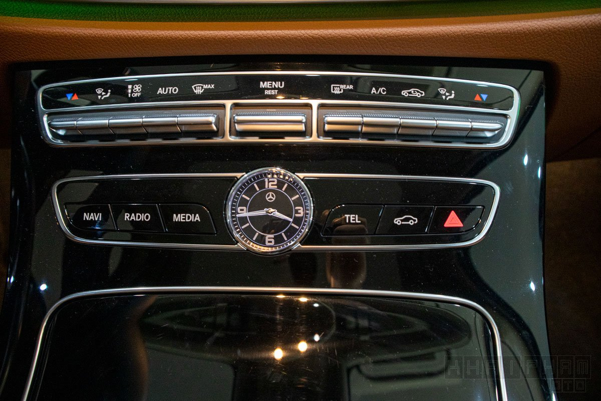 Bảng điều khiển trung tâm xe Mercedes-Benz E300 AMG 2020