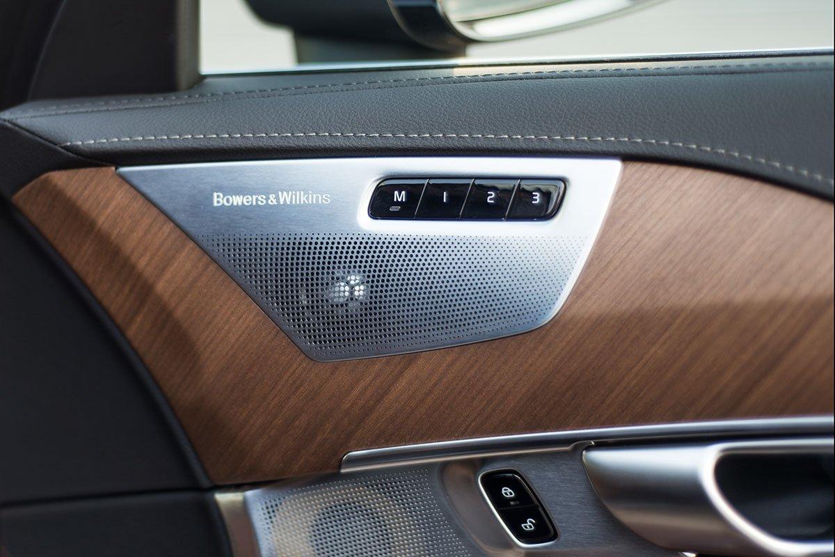 Đánh giá xe Volvo XC90 2020: Hệ thống loa cao cấp Bowers & Wilkins 19 loa.
