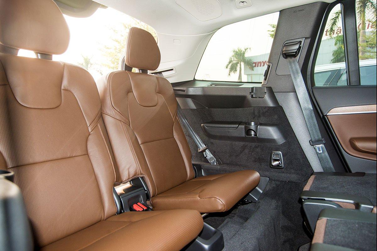 Đánh giá xe Volvo XC90 2020: Là một chiếc xe SUV 5+2 nên hàng ghế thứ 3 không phải là quá rộng rãi.