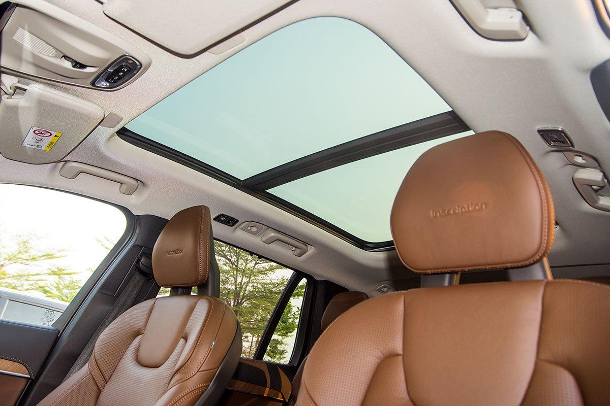 Đánh giá xe Volvo XC90 2020: Cửa sổ trời toàn cảnh.