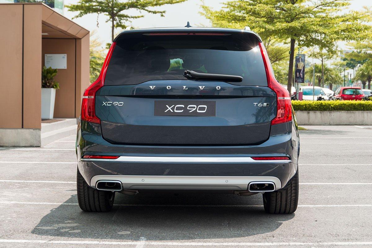 Đánh giá xe Volvo XC90 2020: Cản sau được bổ sung thêm dải crôm mảnh nối liền cụm đèn sương mù phía sau.