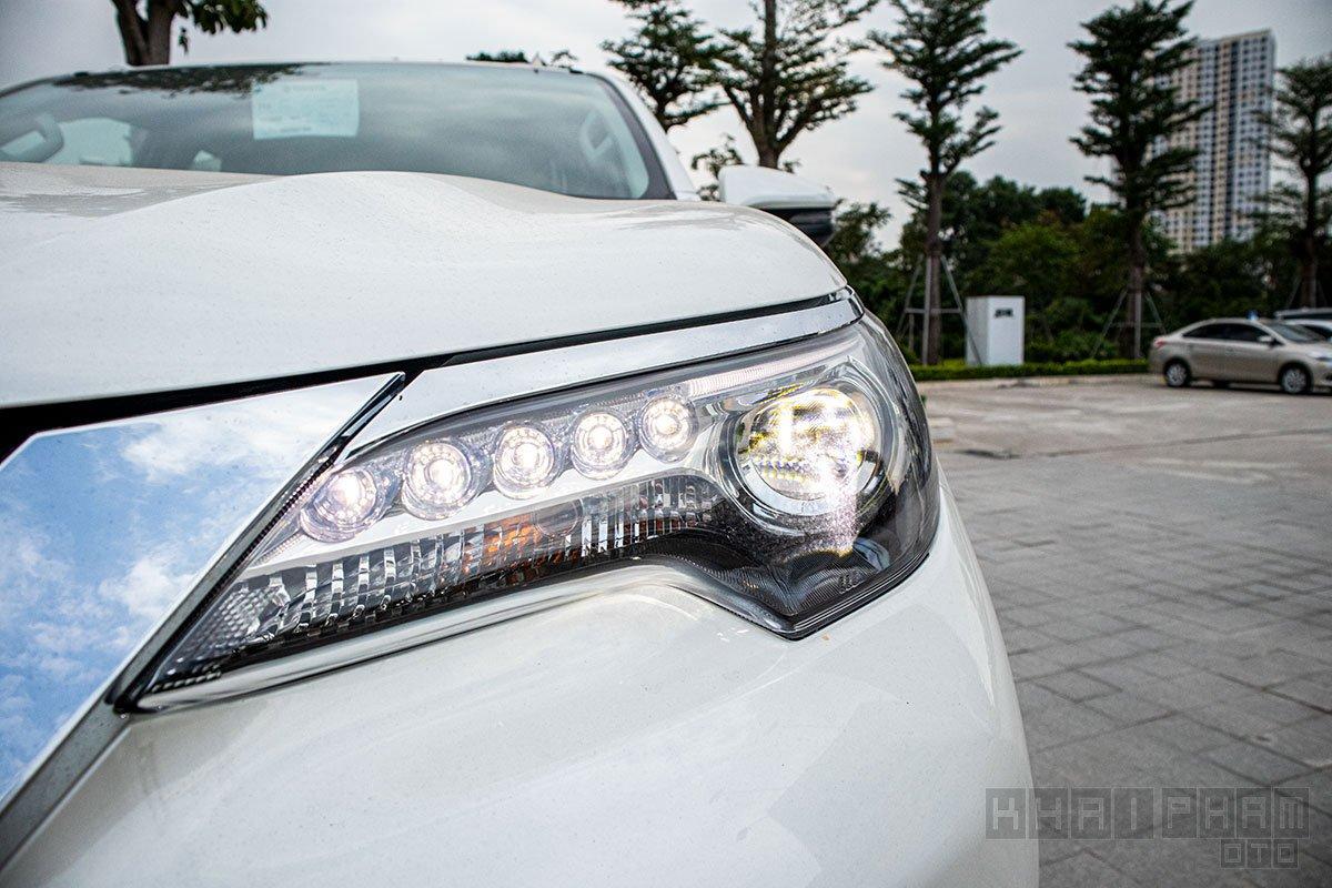 Ảnh chụp đèn pha LED xe Toyota Fortuner 2020